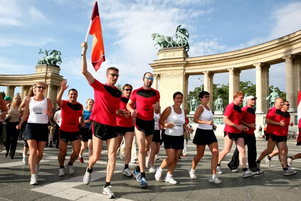 A fotón: Soós Zoltán a 7. Drogmentes Maraton csapatkapitányaként fut az akkori maratoni csapattal. (2008)