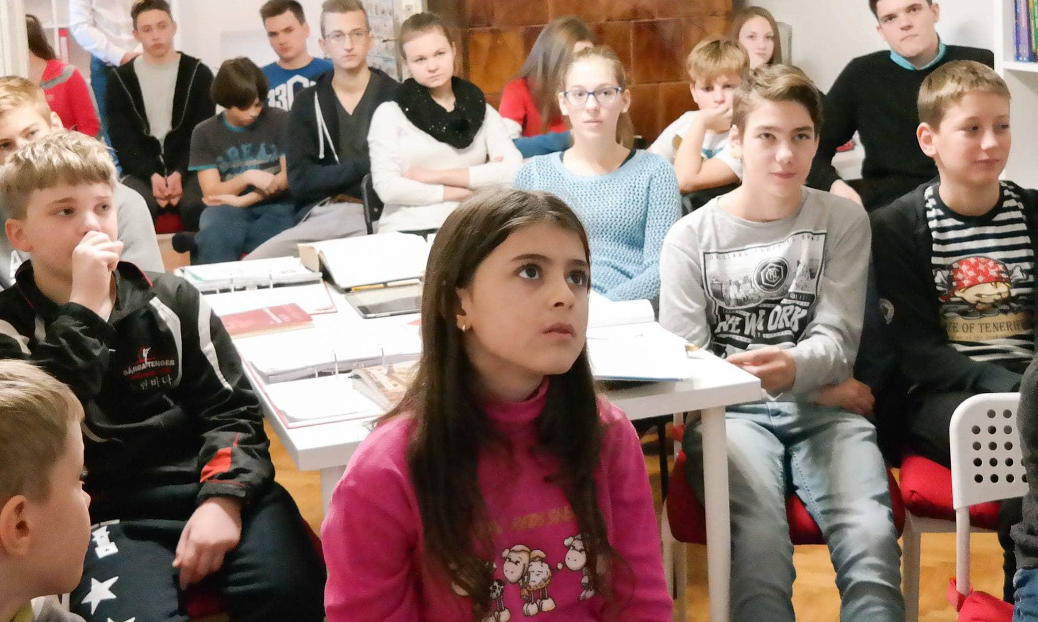 Kislány az előadáson